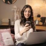 lady_using_smartphone