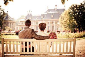 男女がベンチに座っている画像