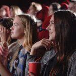 映画館で映画鑑賞している女性の画像