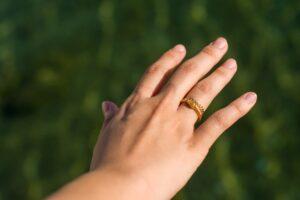 右手薬指に指輪をしている女性の画像